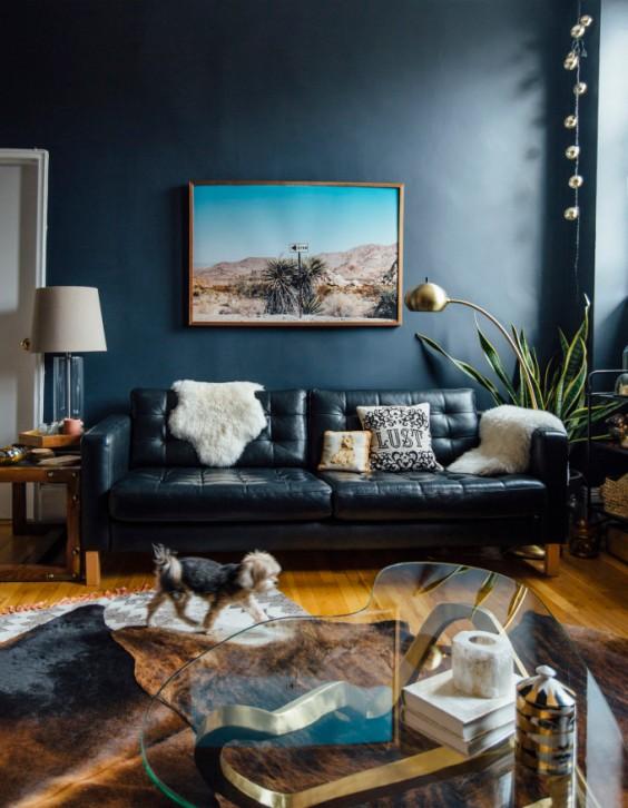 white-faux-fur-throw-black-sofa-indoor-plants-modern-living-room
